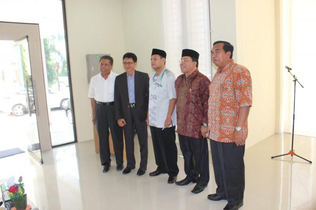foto bersama antara kepala lama Drs. Laisani,M.Si, Kepala Baru Rusdi Husen, SE dan didampingi oleh Ketua MPA Prof.Dr. Warul Walidin, Ak, MA juga didampingi Pengurus MPA Salman Ishak dan Awar Thaib